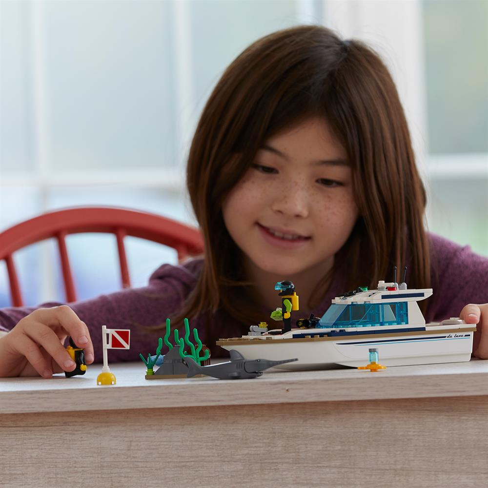 Picture of LEGO City Great Vehicles Diving Yacht 60221
